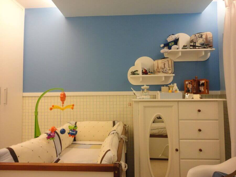 decoração simples com prateleira para quarto de bebê em formato de nuvem Foto Maria Helena Torres