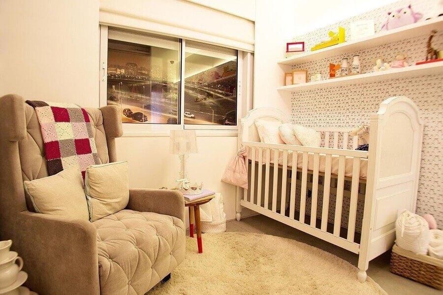 decoração simples com prateleira para quarto de bebê todo branco Foto Basiches Arquitetos Associados