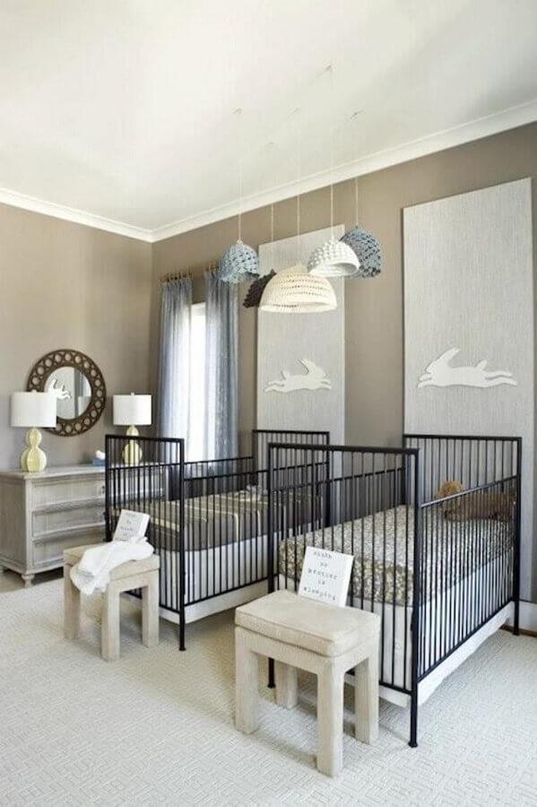decoração simples em tons neutros e com berço de ferro para quarto de gêmeos Foto Blog Doudou