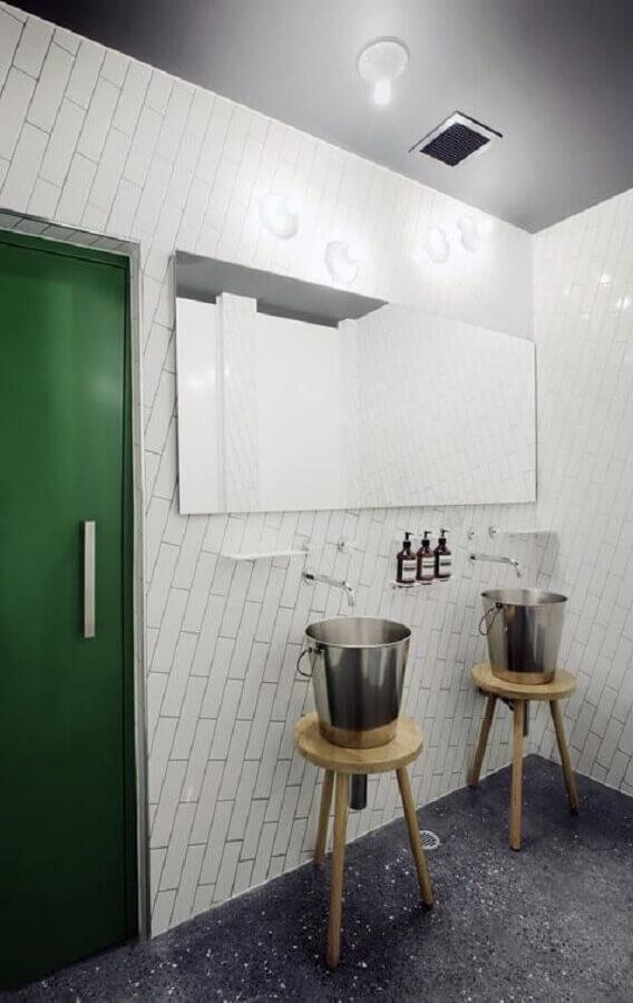 decoração simples para banheiro masculino com pia feita em baldes de metal Foto Eat Drink Design Awards