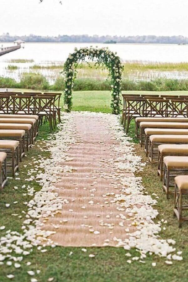 decoração simples para casamento ao ar livre com pétalas de rosas brancas Foto Why Santa Claus