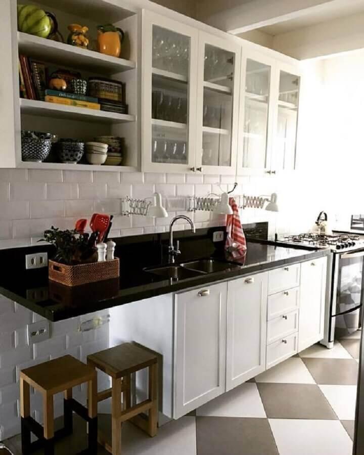 decoração simples para cozinha compacta preto e branca Foto Pinosy