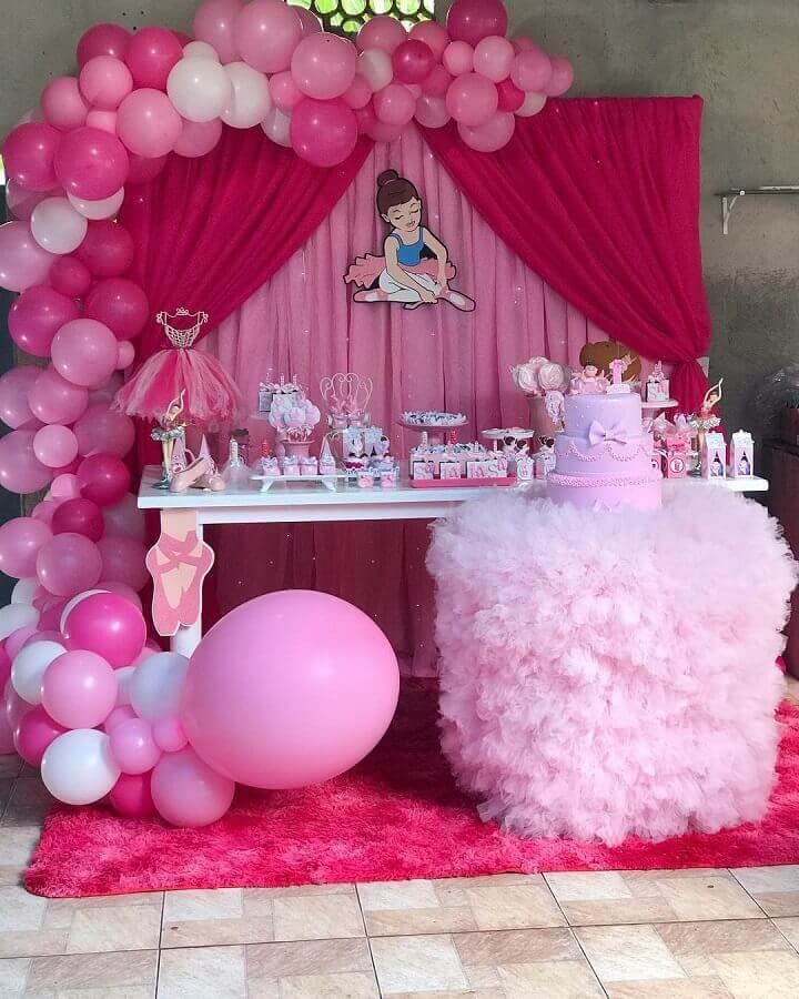decoração simples para festa bailarina com painel de balões Foto Maria Valentina Decorando Festas