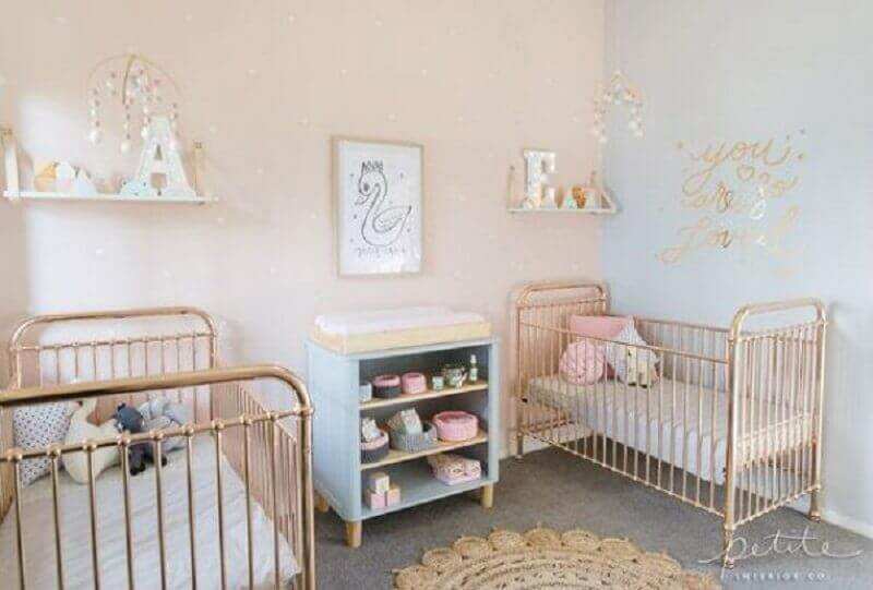 decoração simples para quarto de bebê gêmeos casal com berço metalizado Foto Casar É…