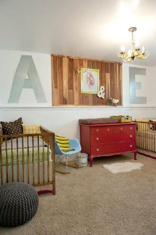 decoração simples para quarto de gêmeos casal com cômoda vermelha e poltrona azul Foto Baú de Menino