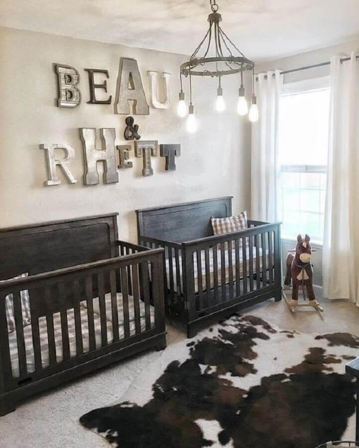 decoração simples para quarto de gêmeos com berço de madeira escura Foto Pinosy