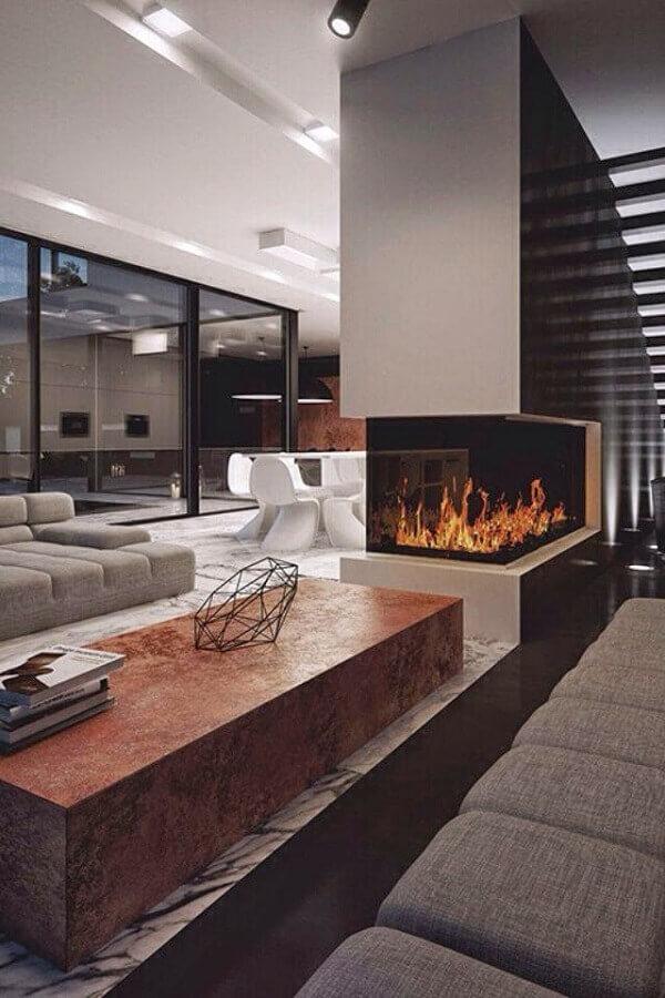 decoração sofisticada com lareira elétrica de canto para casa com ambientes integrados Foto Arquitetando Ideias