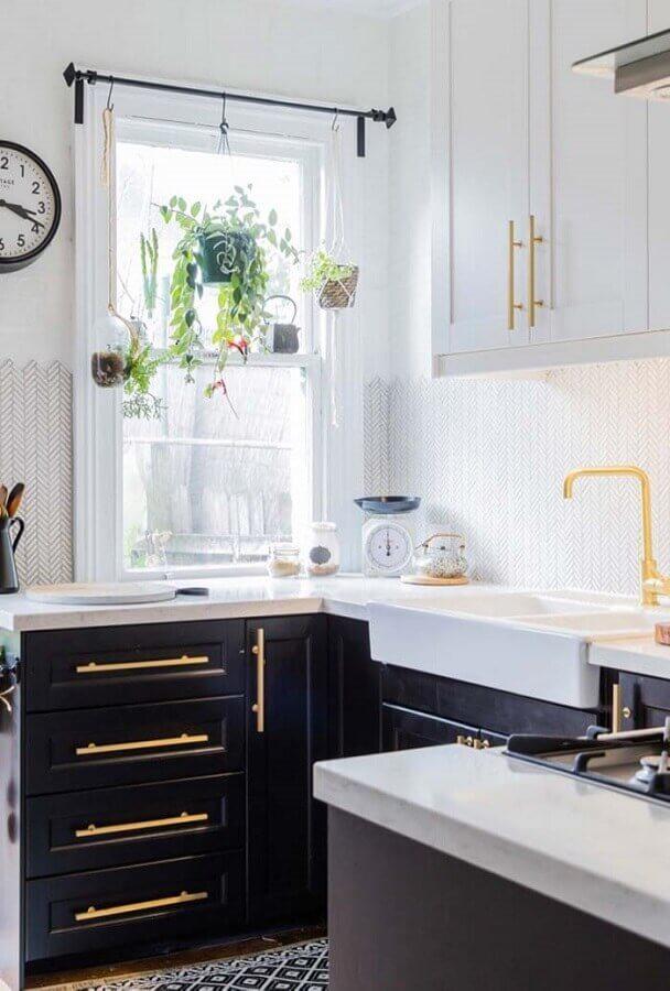 decoração sofisticada para cozinha preta e branca com puxadores e torneira dourada Foto Pinterest