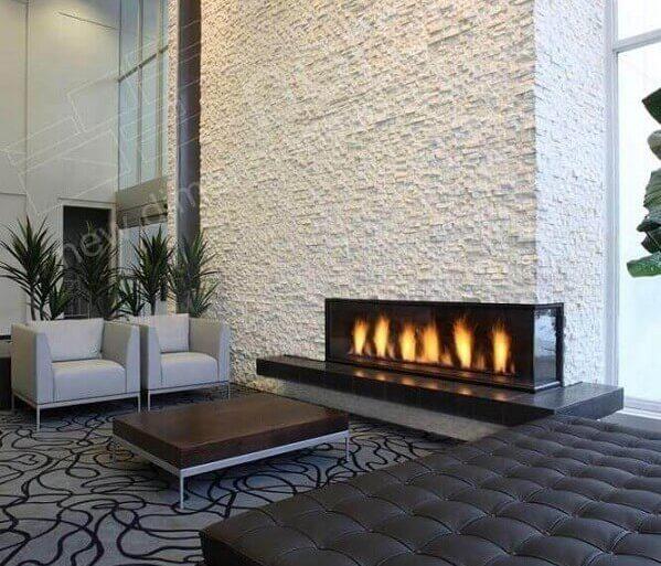 decoração sofisticada para sala ampla com lareira elétrica de canto  Foto Kafka Granite
