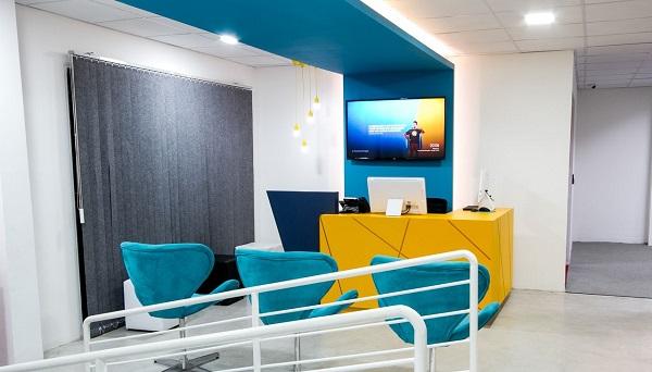 Recepção com elementos decorativos em amarelo e azul turquesa