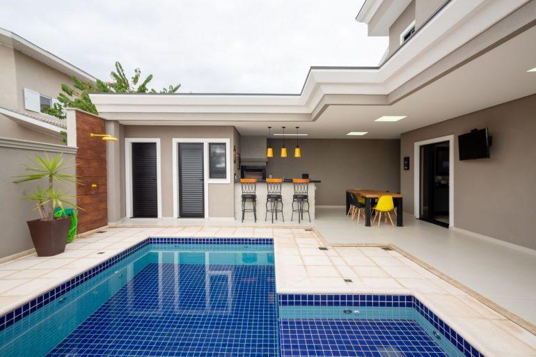 Área gourmet com churrasqueira e piscina