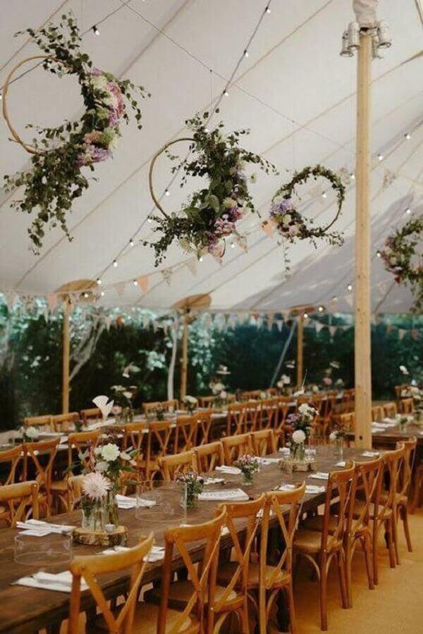 delicada decoração para festa de casamento ao ar livre com varal de luz e bandeirinhas e arranjo de flores Foto Love My Dress