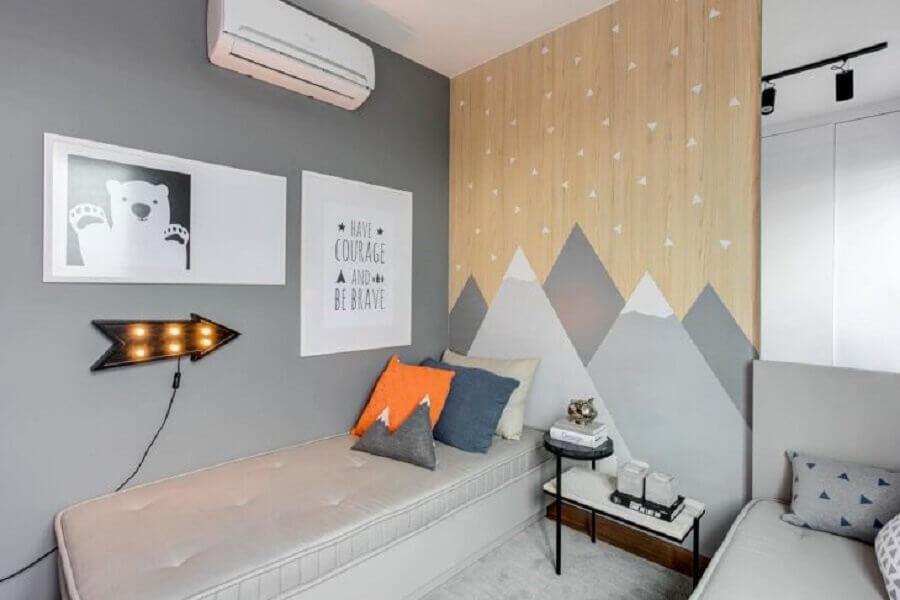 delicada decoração para quarto cinza com adesivo de parede em formato de montanhas Foto Thaisa Bohrer