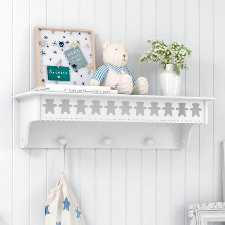 delicada prateleira com gancho para quarto de bebê com detalhes de ursinho Foto Pinosy