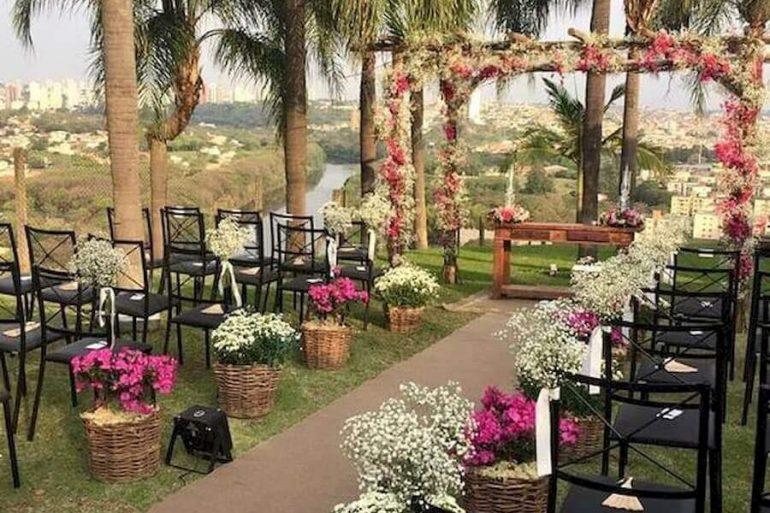 delicados arranjo de flores para decoração de casamento ao ar livre Foto 33Decor