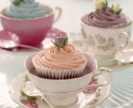 delicados cupcakes decorados dentro de xícara para chá da tarde Foto Que Responda el Viento