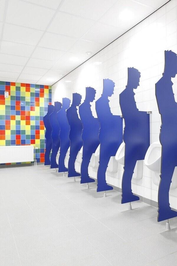 divisórias com silhueta de homem para decoração de banheiro masculino comercial Foto Pinterest