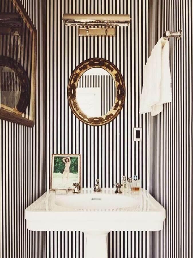 espelho com moldura para lavabo pequeno decorado com papel de parede listrado Foto Flat 15