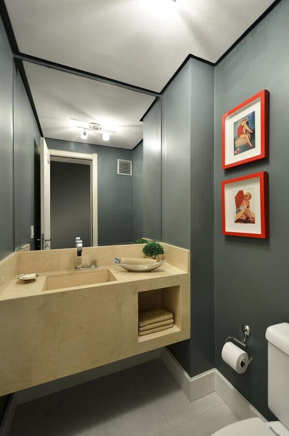 espelho para banheiro decorado com paredes cinza e quadrinhos vermelhos Foto Alessandra Bonotto Hoffmann Paim