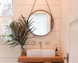 espelho para lavabo decoardo em tons neutors com bancada de madeira  FotoCasa e Festa