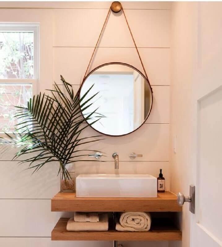 espelho para lavabo decorado em tons neutros com bancada de madeira FotoCasa e Festa