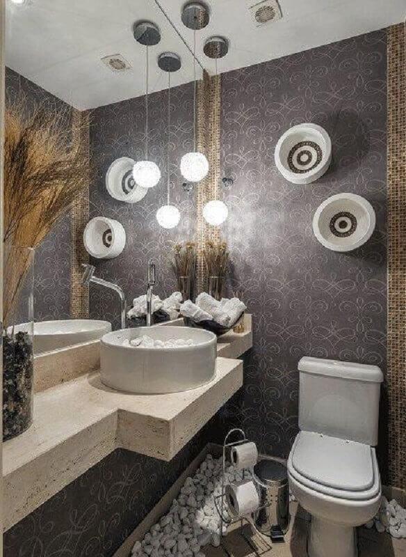 espelho para lavabo decorado com papel de parede escuro e luminária pendente moderna Foto Air Freshener