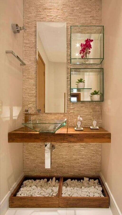 espelho para lavabo pequeno decorado com cuba e nichos de vidro e bancada de madeira Foto Aaron Guide