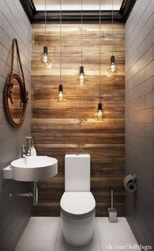 espelho para lavabo pequeno decorado com luminária pendente minimalista e revestimento em madeira para parede Foto Idaho Interior Design