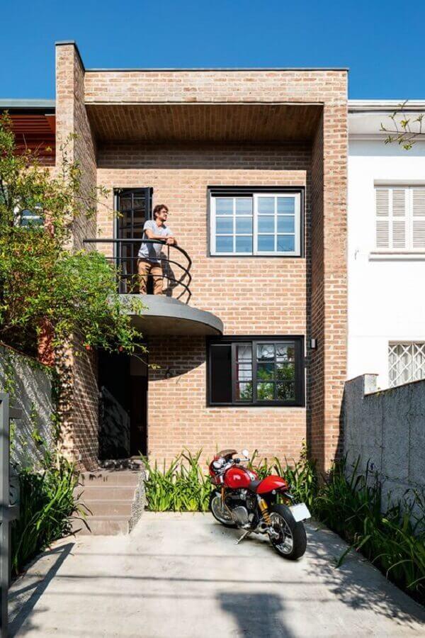 fachada de casa geminada com parede de tijolinho Foto Pinosy