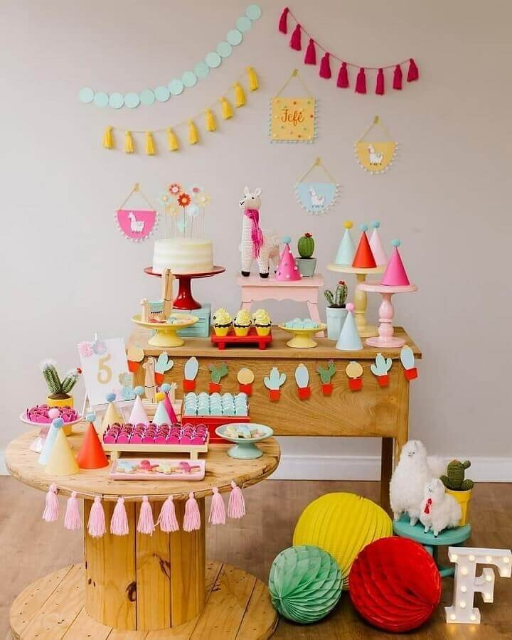 different birthday party decorated with cactus and llamas Foto Pinosy