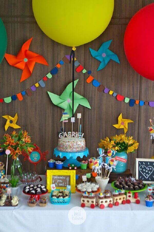children's birthday party decorated with colorful catavento Photo Mil Folhas Festas