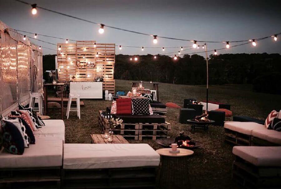 festa de casamento ao ar livre a noite decorada com pallets e varal de luz Foto Pinterest