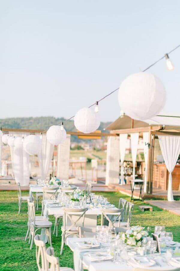 festa de casamento ao ar livre decorada com arranjo de flores brancas Wedding Chicks