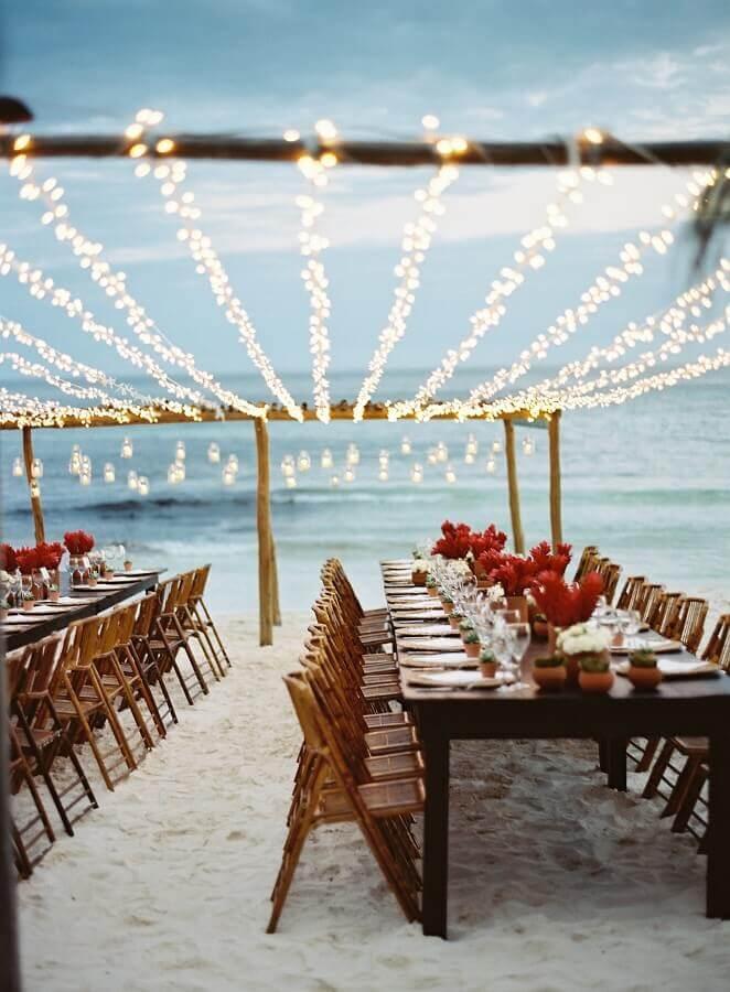 festa de casamento ao ar livre decorada com pisca pisca Foto LM Weddings