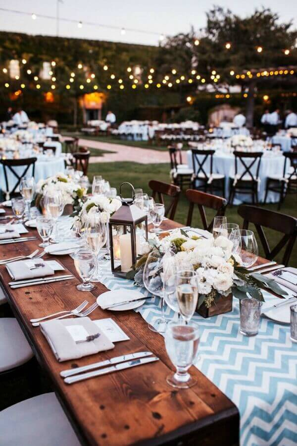 festa de casamento ao ar livre simples decoração com varal de luz e mesas de madeira Foto Blog Meu Casamento