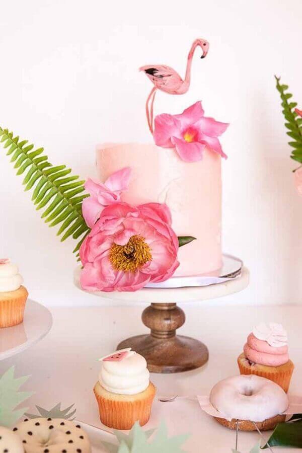 festa tropical com bolo decorado com flores e flamingo  Foto Pinterest