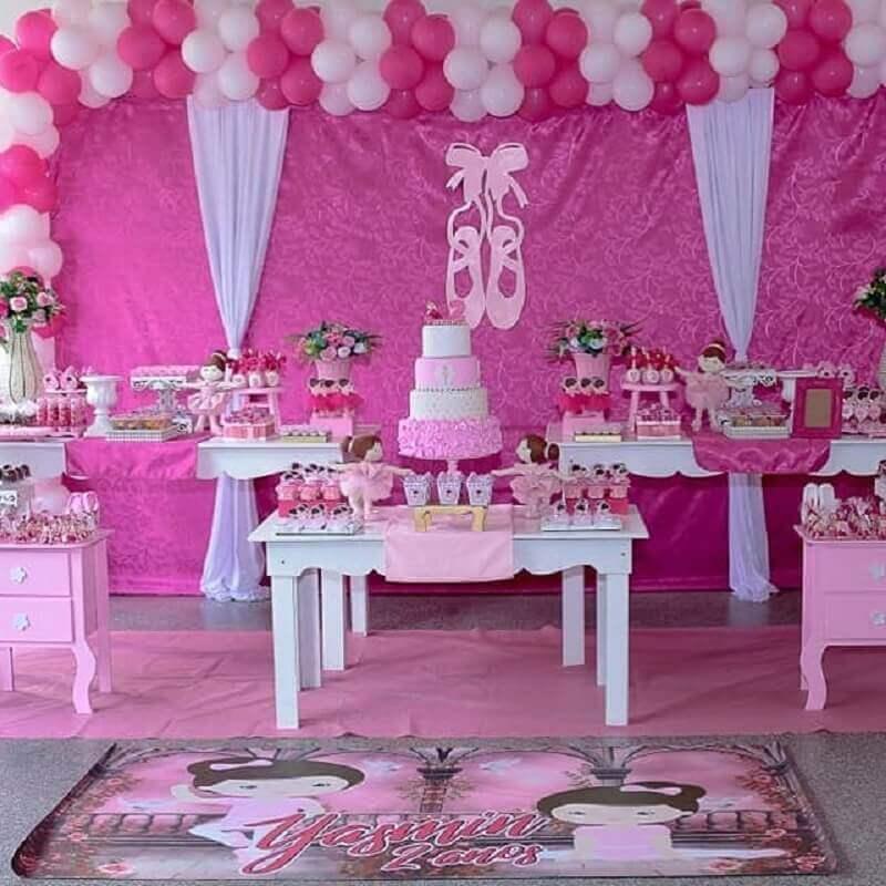 ideia de decoração festa bailarina com arranjo de balões e bonecas Foto Kezia Cristina