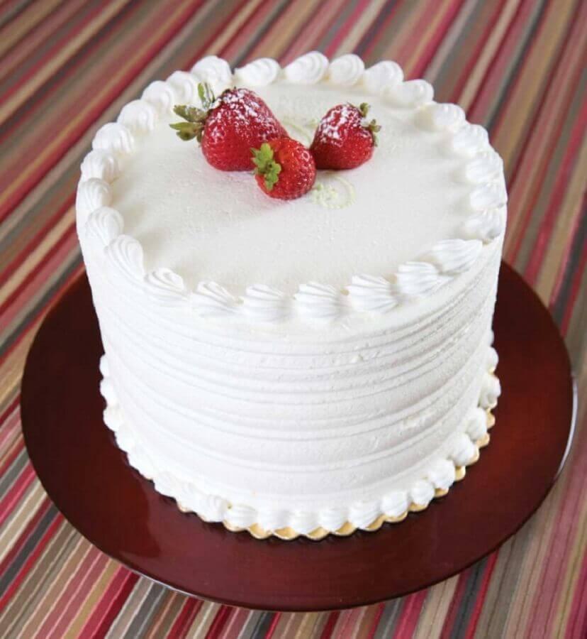 ideia simples de bolo decorado com morango e chantilly Foto Bolos Decorados