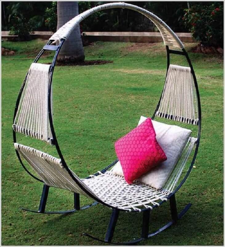 jardim decorado com cadeira de balanço de ferro moderna Foto Air Freshener
