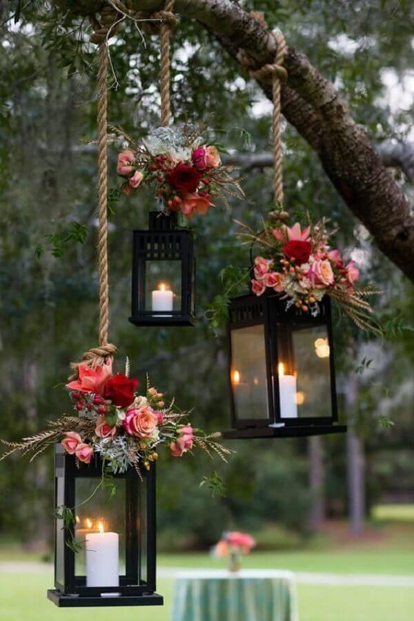 lanternas suspensas com velas para decoração de festa de casamento ao ar livre Foto The Knot