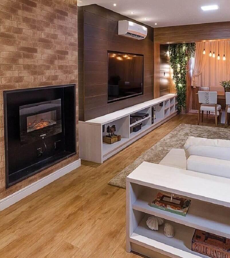 lareira elétrica de embutir para sala ampla decorada em tons neutros Foto Renzo Cerqueira Arquitetura