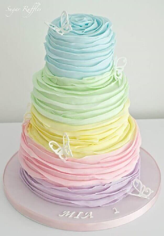 lindo bolo decorado com chantilly em tons pasteis Foto Sugar Ruffles