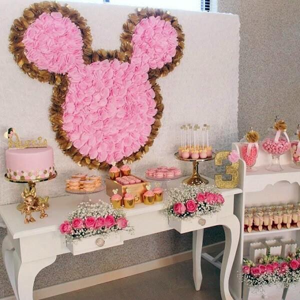 As rosas trazem delicadeza para a decoração da festa da Minnie