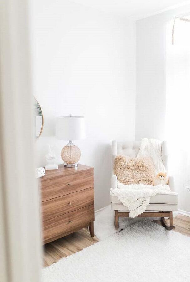 modelo de cadeira de balanço confortável para quarto de bebê com cômoda de madeira Foto Noaki Jewelry