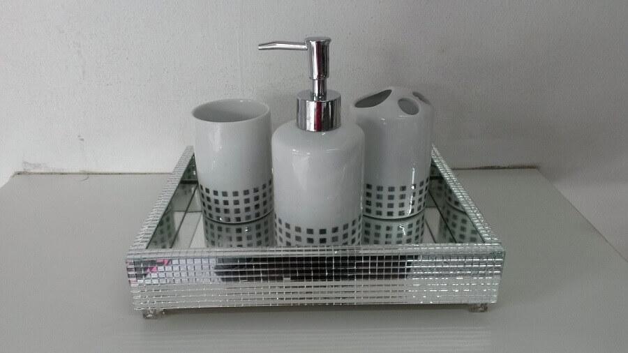 modelo simples de bandeja espelhada para lavabo Foto Artpérola