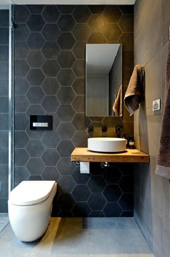 modelo simples de espelho para lavabo decorado em tons de cinza com pequena bancada de madeira Foto Pinterest