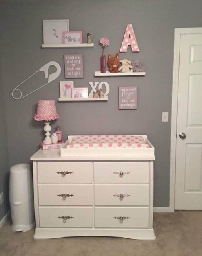 modelo simples de prateleira para quarto de bebê cinza e rosa Foto Bebiram