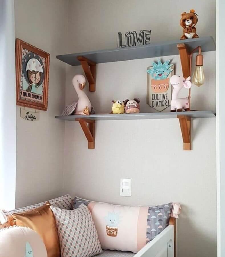 modelo simples de prateleira para quarto de bebê com suporte de madeira Foto Pinosy