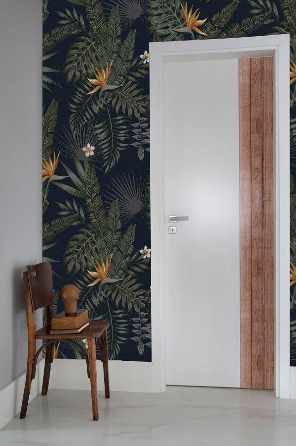 modelos de porta branca com detalhe em madeira para hall de entrada com papel de parede de folhagens