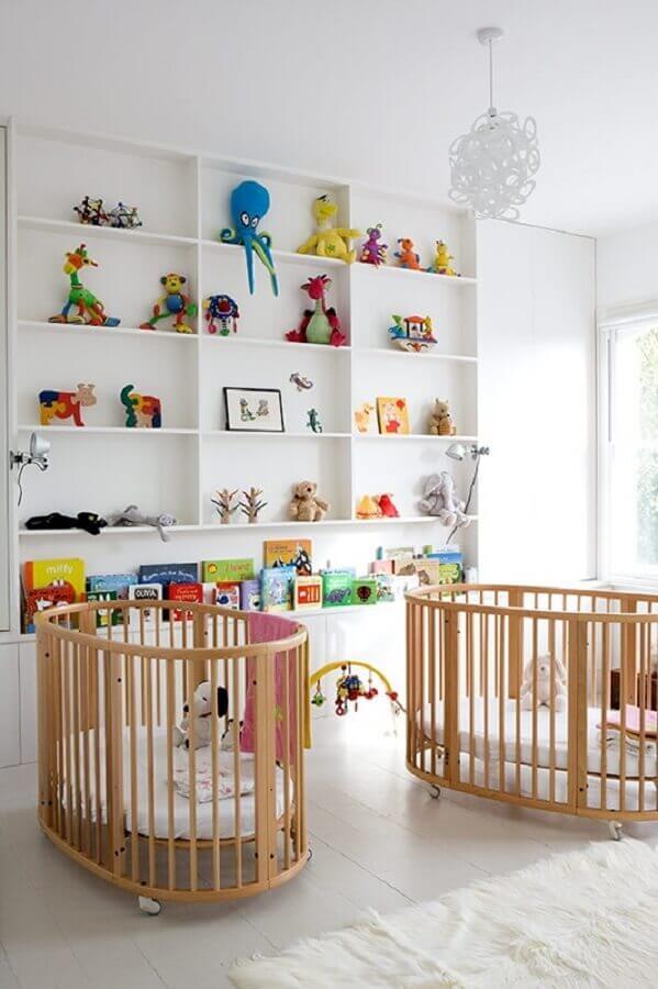 objetos decorativos coloridos para quarto de bebê gêmeos todo branco com berço de madeira Foto Neu dekoration stile